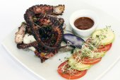 Octopus grilled: peruvian dish served with fresh salad — Foto de Stock
