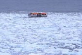 Icy arctic water with lifeboat passing near Spitsbergen, Svalbard, Norway — Stock Photo