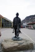 Statue of a miner polar explorer in Spitsbergen, Svalbard, Norway. — Stock Photo