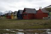 Houses in  Spitsbergen, Svalbard, Norwaw on a cloudy day. — Stock Photo