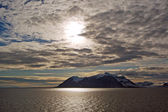 Mountains with sun and clouds in Spitsbergen, Svalbard, Norway. — Stock Photo