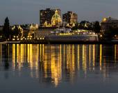 The Legislative Buiding and the Coho Ferry in Victoria at Sunset — Stock Photo