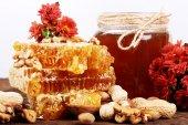 A nido d'ape e miele su una superficie di legno — Foto Stock