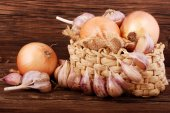 Composition with onion and garlic on a wooden surface — Stockfoto