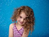 Happy Smiling Laughing Child: Blue Background Icy Frozen Snowfla — Stok fotoğraf