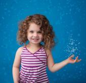 Happy Smiling Laughing Child: Blue Background Icy Frozen Snowfla — Fotografia Stock