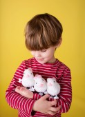 Child playing with Easter Bunny Toys — Foto Stock