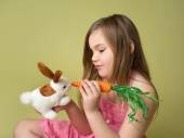 Girl feeding carrots to Easter Bunny — Stock Photo