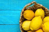 Zitronen auf dem hell Cyan-Hintergrund — Stockfoto