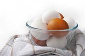 Ovos de galinha em um prato de vidro sobre o fundo branco — Fotografia Stock