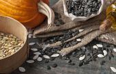 Pumpkin and sunflower seeds on the table — Stock Photo