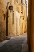 Ancient narrow maltese street in Mdina — Stock Photo