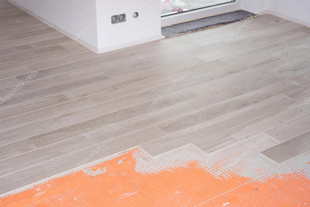 Rénovation de sol avec des carreaux en céramique en bois design ...