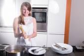 Beautiful girl cooking spaghetti in the kitchen — Stock Photo