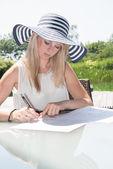 Młoda kobieta piękną jest pisanie na sheed papieru — Zdjęcie stockowe