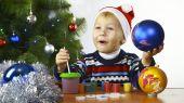 Boy paints the Christmas boll — Stock Photo