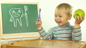 Funny kid teaches dental hygiene — Stockfoto