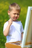Little boy draws on the nature — Fotografia Stock