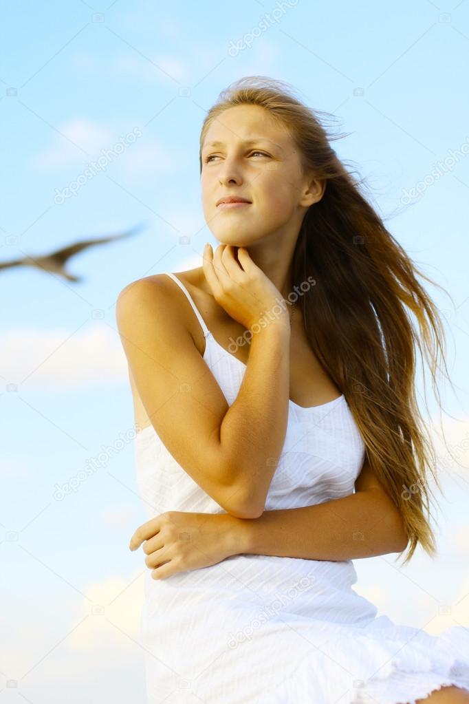 Красивое фото девушки на фоне неба фото 679-141