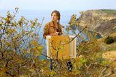 Girl artist draws on a mountain coast — Stock Photo