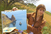 Girl artist draws on a mountain coast — Foto de Stock