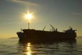 Silhouette tanker on sunset background — Zdjęcie stockowe