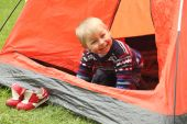 Funny kid playing in a tent on the nature — Photo