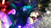 Santa Claus with gifts in reflection Christmas ball — Foto de Stock