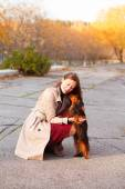 Portrait of young beautiful woman, girl and dachshund dog on aut — Stock Photo