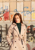 Portrait of young beautiful woman girl on graffiti brick wall ba — Stockfoto