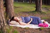 Beautiful happy pregnant woman girl rest outdoors in pine conife — Stock Photo