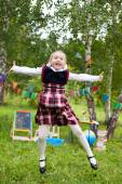 Écolière heureux enfant kid fille sautant et souriant, la salle de classe o — Photo
