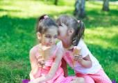 Kids girls friends children with ice cream — Stockfoto