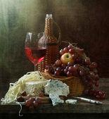 Stilleben med rött vin och ost och frukt — Stockfoto