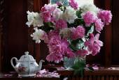 Bouquet of peonies and brewing teapot — Stock Photo