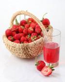 Verse rijpe aardbeien in een Chalinolobus mand en een glas strawbe — Stockfoto