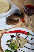 Red wine and liver under sauce — Foto de Stock