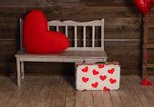 Coração decorativa e mala com corações vermelhos — Fotografia Stock