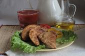 Cheburek submitted with leaves of green salad and tomato juice — Stock Photo