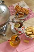 Tea from a samovar, with a lemon, honey, cakes and wafers  — Foto de Stock