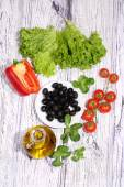 Olives, tomatoes, salad, pepper and ruccola — Stock Photo