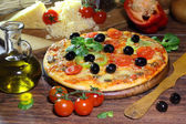 Pizza with mushrooms, olives, the Bulgarian pepper, rucola and t — Stock Photo