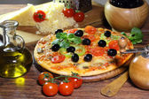 Pizza with mushrooms, olives, the Bulgarian pepper, rucola and t — Stockfoto