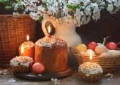 Torta di Pasqua, uova e un bouquet di primavera — Foto Stock