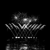 Fireworks with reflection on lake — 图库矢量图片