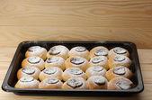 Cottage kaas gebak met jam op bakplaat — Stockfoto