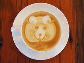 木製の机の上のラテ コーヒー アート. — ストック写真