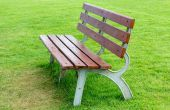Dřevěné lavičce v parku — Stock fotografie