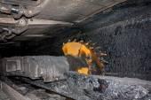 Kolen mijnbouw machine met roterende trommels snijden — Stockfoto