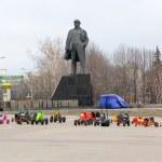 Donetsk, Ukraine - February, 11, 2015:  Children's rides on the deserted central square against the backdrop of the monument to Lenin — Stock Photo #64700289